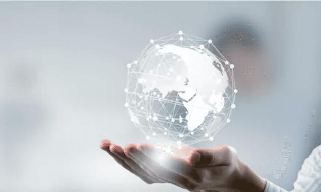 mão segurando globo tecnológico